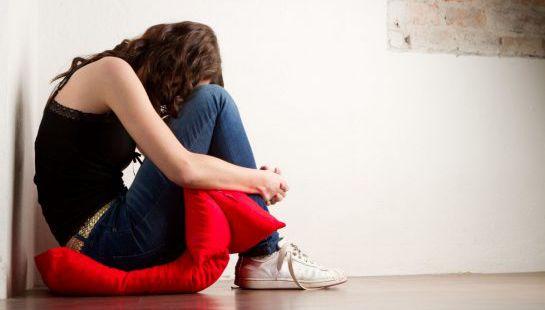 Молодая девушка грустит после плохой новости от гинеколога