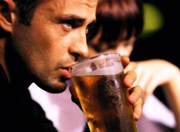 тяга к спиртному - один из признаков депрессии у мужчин