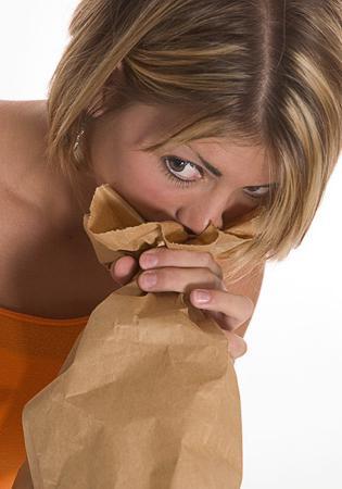 Дыхание в бумажный пакет как способ снять приступ паники