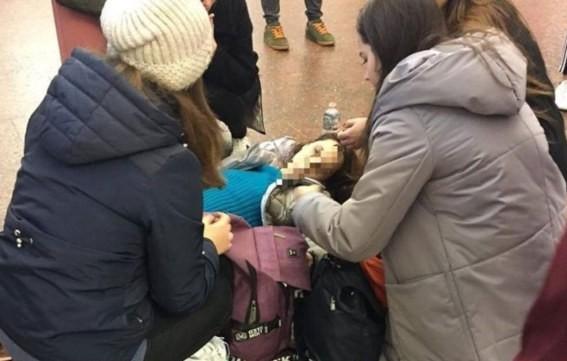 Девушке стало плохо в метро.