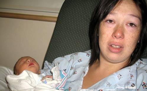 Послеродовая депрессия - фотография мамы с малышом