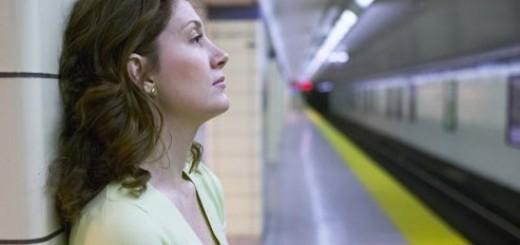 Женщина в депрессии в метро