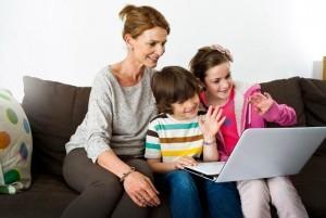 Несколько членов семьи на консультации психолога онлайн.