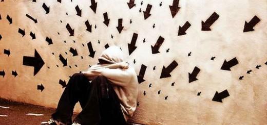 Мужчина страдает от беспричинных тревожных мыслей