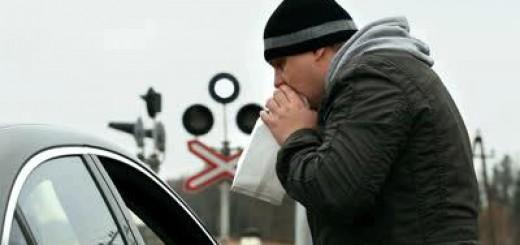 мужчина с ВСД дышит в пакет